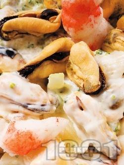"""Салата """"Жак"""" със задушени миди, скариди, грах, чушки и майонеза - снимка на рецептата"""